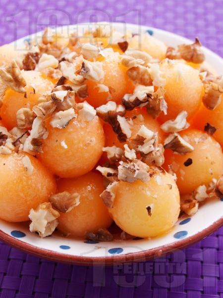 Десерт от топчета пъпеш с мед и орехи - снимка на рецептата